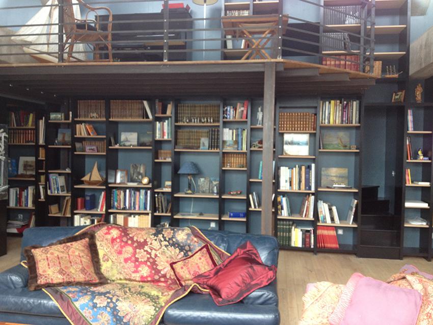 Bibliothèque sur mesure dans un loft à Saint-Malo