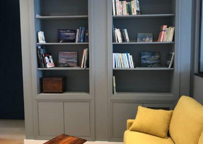 Bibliothèque sur mesure avec reprise du style année 30 des boiseries de l'appartement par Villa Courtois