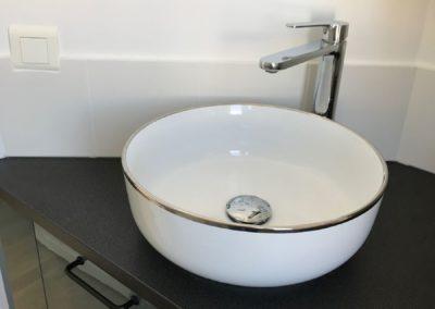 Vasque posé sur plateau pour petit exigu par Villa Courtois à St-Malo
