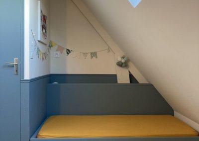 Lit enfant sur mesure avec tête de lit dans la démarche Montessori matière pin du nord